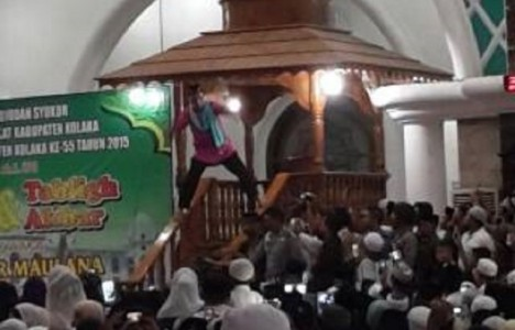 Foto-Ustadz-Maulana-di-atas-mimbar-640x411